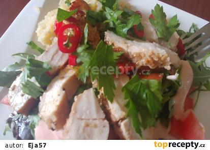Sezamové kuřecí prso na salátu
