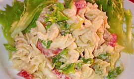 Těstovinový salát plný letních barev