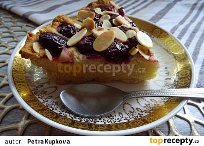 Třešňový koláč s mandlovými lupínky z rýžové mouky