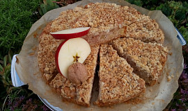Koláč s jablky a ořechovou drobenkou