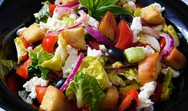 Letní salát s krutony a mozzarellou