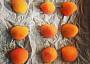 Vypeckované meruňky vkládáme na plech na půlky @5jideldenne
