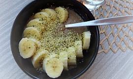 Rychlá kaše s čerstvým ovocem a konopnými semínky
