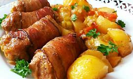Slaninové válečky pečené na pórkových bramborách