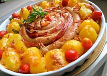 Terč z vinné klobásy se slaninou, zapečený s bramborem a  čedarem