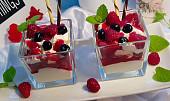 Tvarohovo-smetanový pohár s jahodovým rozvarem