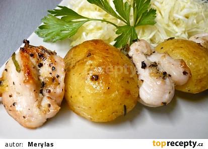 Kuřecí špíz s brambory na grilu