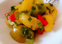 Salát z barevných rajčat s bylinkami