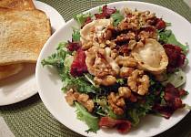 Salátový mix s kozím sýrem, slaninou a ořechy