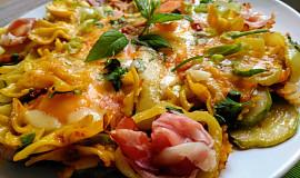 Těstovinová květina z mašliček,  zapečená v jedné pánvi  se šunkou, sýrem a  zeleninou..
