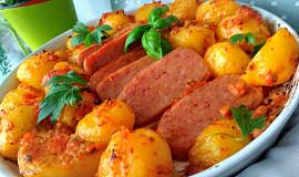 Tomatovo-bylinkové brambory, pečené v jedné nádobě s luncheon- meat
