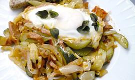 Zelenina s vejcem z jedné pánve