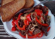 Hovězí nudličky s cibulí a paprikou