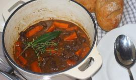 Hovězí s mrkví na červeném víně