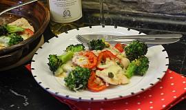 Krůtí plátky s brokolicí, rajčaty a mozzarellou