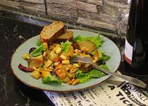 Salát babího léta s hlívou a jablečnými kostičkami
