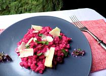 Kroupy s omáčkou z červené řepy a parmezánem