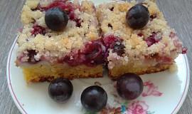 Vláčný koláč s hroznovým vínem, pudinkem a kokosem