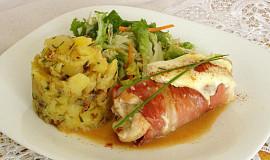 Kuřecí prso obalené schwarzwaldskou šunkou s hermelínem a šťouchané brambory s česnekem