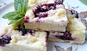 Kynutý ostružinový koláč s tvarohem - na plech