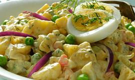 Pečené brambory v salátu s vejci a zeleninou