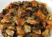 Zapečená dýně s kuřecím masem, houbami a sýrem