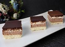 Kokosové řezy s pudinkovým krémem, šlehačkou a čokoládovou polevou