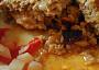 Na fotce je vidět vykukující kousek kuřete pod peřinkou z mletého masa