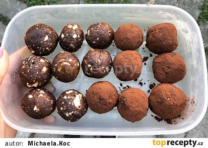 Raw kuličky s ořechy, skořicí a kakaem