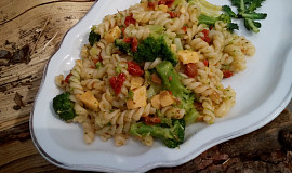 Teplý těstovinový salát (nejen) s brokolicí