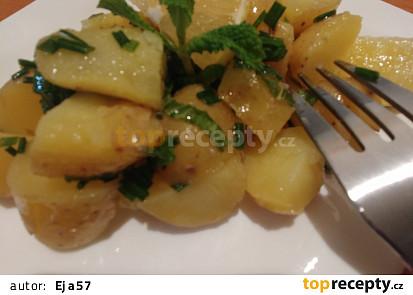 Brambory s mátou, pažitkou a citronem