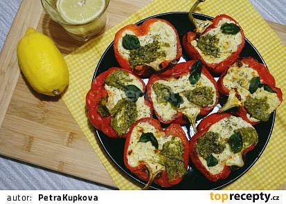 Italské pečené papriky plněné ricottou a gorgonzolou s bazalkovým pestem