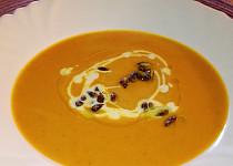 Jednoduchá dýňová polévka s praženými dýňovými semínky