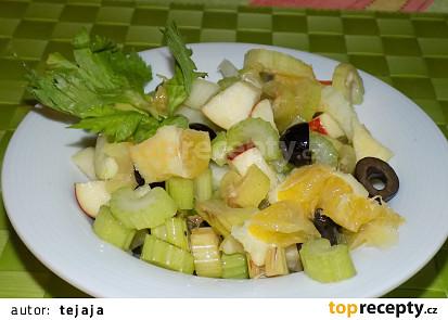 Salát z řapíkatého celeru s ovocem a olivami