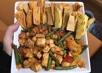 Pečené batáty s uzeným tofu, cizrnou a zeleninou
