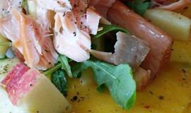 Uzený losos s mangem a salátkem z jablka a rukoly