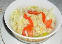 Salát z čínského zelí s pórkem a rajčaty
