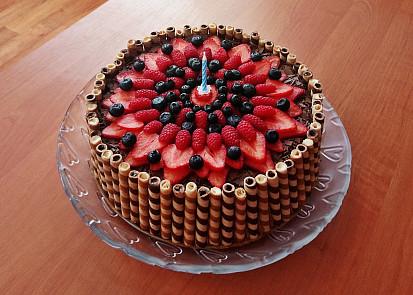 Pařížský dort navíc ozdobený ovocem a trubičkami :)