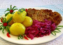 Kuřecí řízek s červeným zelím a vařenými brambory