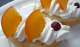 Piškotové chlebíčky se šlehačkou a ovocem