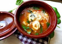Polévka s tortellini, fazolemi a špenátem