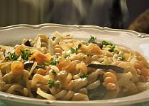 Zelí, houby a těstoviny z jednoho hrnce