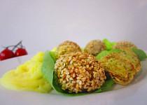 Brokolicovo-cuketové kuličky v sezamu
