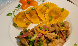 Houbová směs s kuřecími stehny, zeleninou a lilkové ravioly