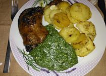 Pečená kachní stehna se špenátem a česnekovými brambory