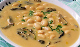 Polévka z bílých fazolí a sušených hub
