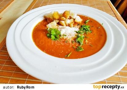 Rajčatová polévka s parmazánem a krutonky