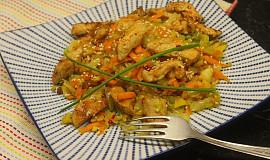 Teplý salát z pekingského zelí s kuřecím masem