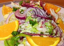 Barevný zelný salát na pomeranči se zálivkou