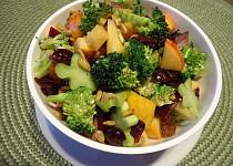 Brokolicový salát s jablky a brusinkami